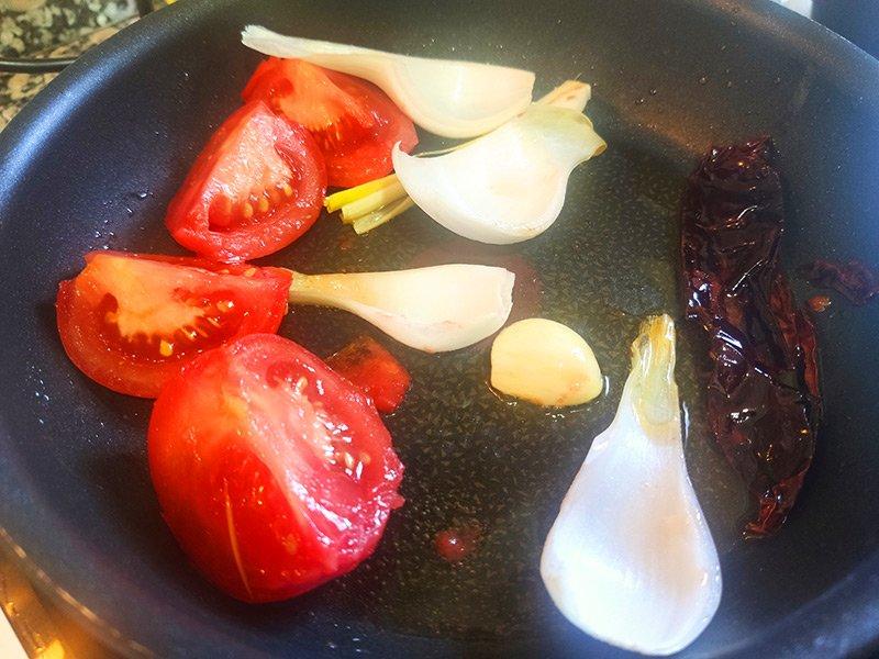 Verdura para hacer salsa roja con cacahuete