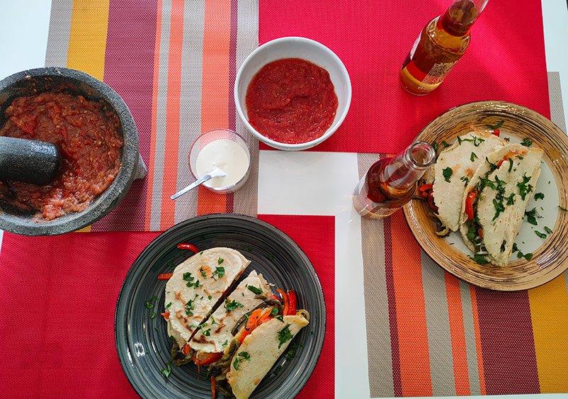 Quesadillas vegetarianas con nopales y salsa roja