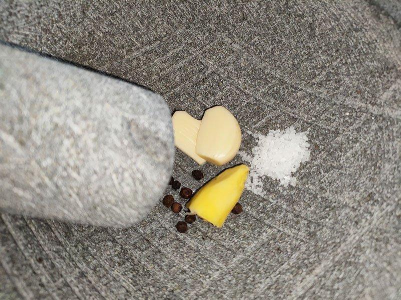 Ajo, jengibre, pimienta y sal, en el molcajete
