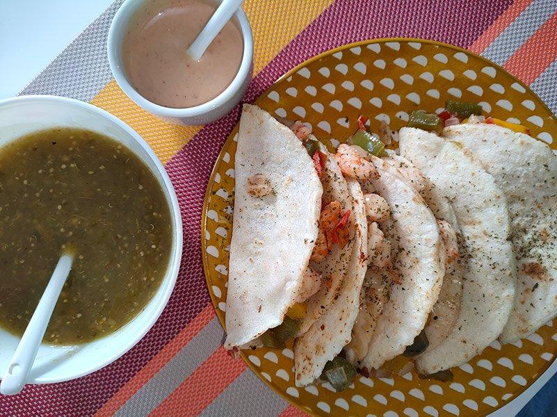 Tacos gobernador acompañados de salsa verde y mayonesa de chipotle
