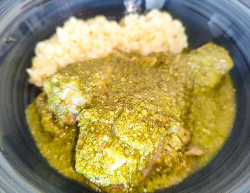 Mole verde de pollo servido con arroz