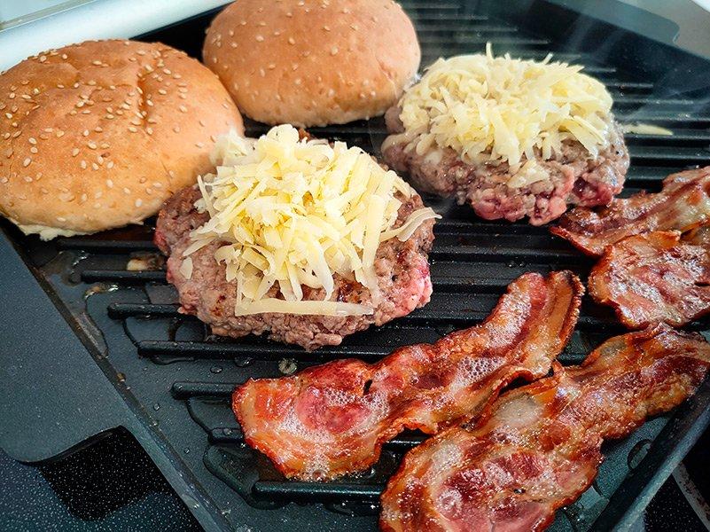 Hamburguesas con queso, y bacon a la plancha