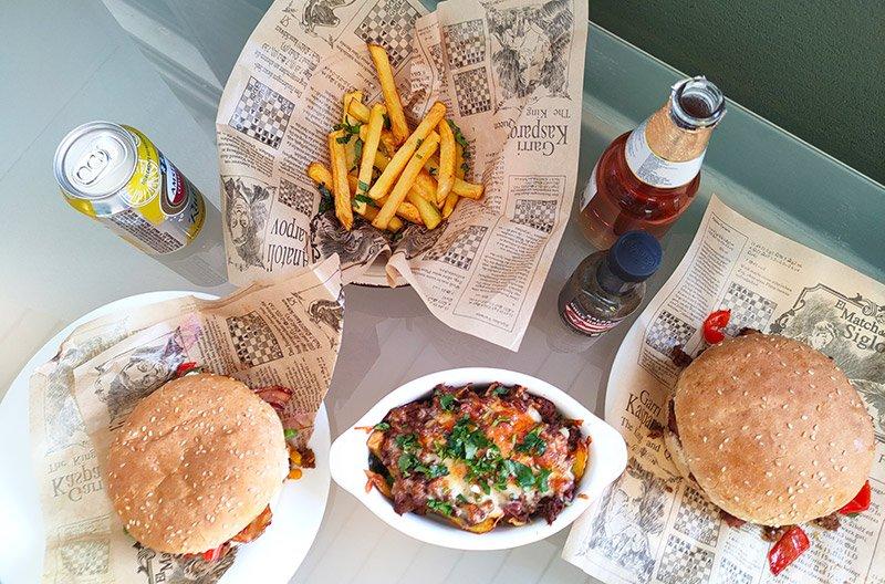 Hamburguesa y patatas con chili con carne