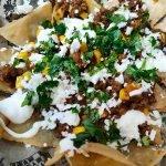 Nachos con chili con carne y maíz