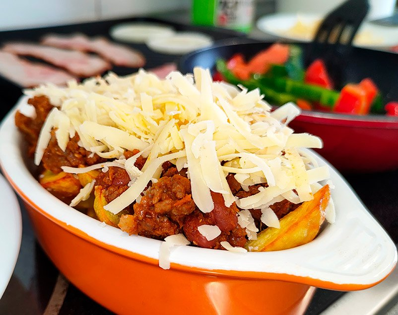 Patatas con chili con carne y queso