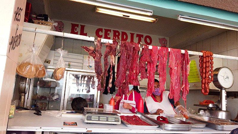 Tasajo colgado en una carnicería de Oaxaca