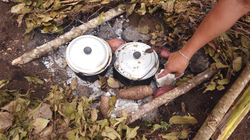 Ollas de cochinita pibil y pollo pibil recién desenterradas