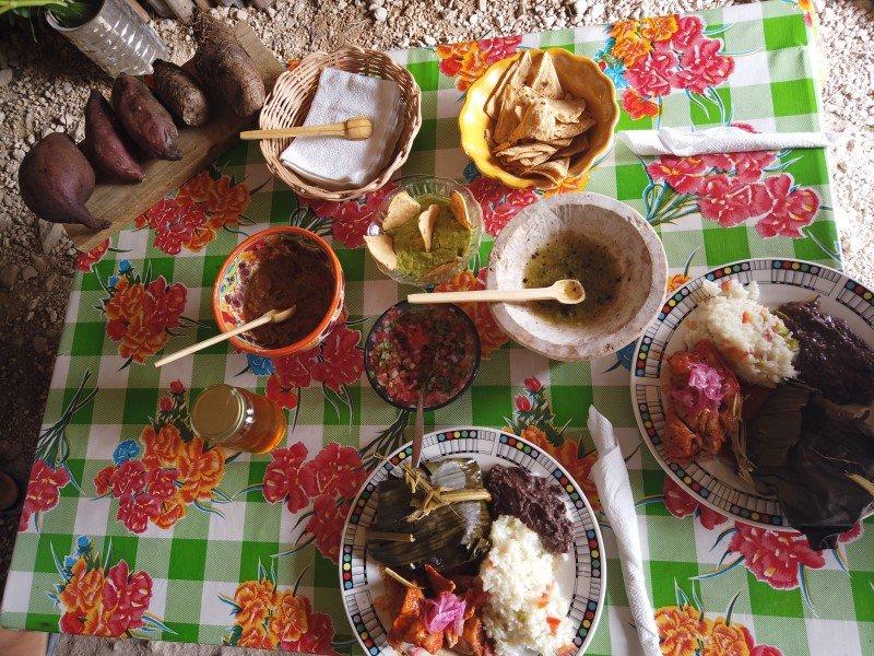 Cochinita pibil, pollo pibil y acompañamientos