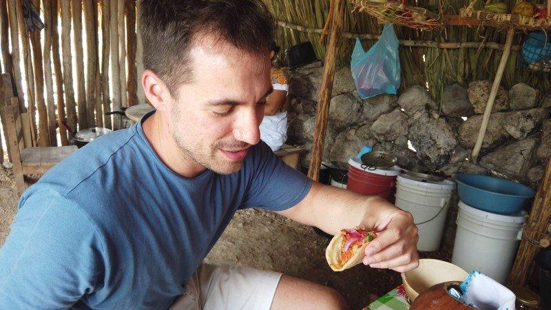 Degustando un taco de cochinita pibil