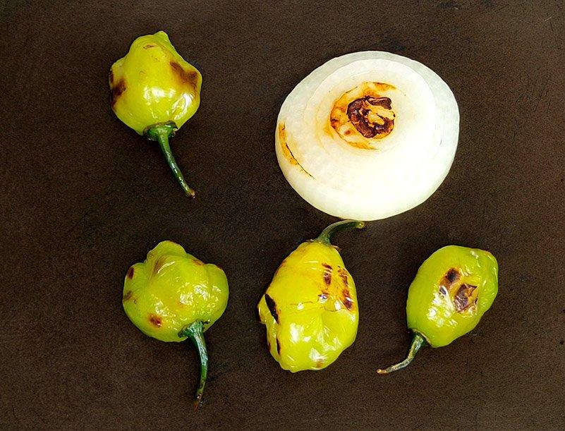 Chiles habaneros tatemados junto a la cebolla
