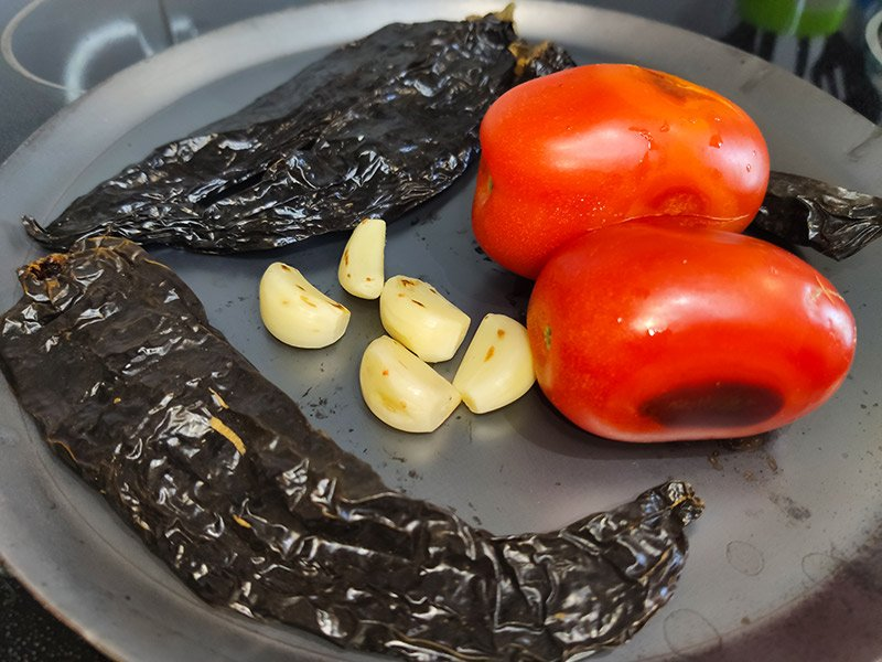 Tatemado de ingredientes para salsa borracha
